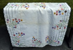 Régiség hímzett kézimunka terítő , abrosz , asztalközép hímzés dekoráció 77 x 73 cm 60-as évek