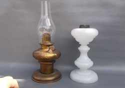 Két antik petróleum lámpa