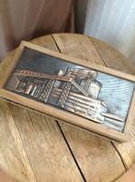 Régi Iparművészeti réz borítású fa doboz repesztett üveg poharakkal rég fogóval