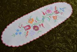 Hímzett kalocsai mintás díszterítő , asztal közép , futó terítő hímzés 53 x 17,5 cm