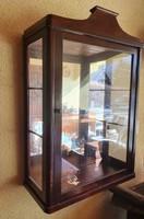 Tükör hátlap betéttel, vitrines fali szekrény