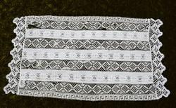 Vert csipke , klöpli csipke hímzett kézimunka lakástextil applikált kis méretű terítő 73 x 37 cm