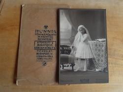 Budapesti elsőáldozó kislány fotója, 1900 eleje, saját fóliájában, HUNNIA, nagy méretű, szép állapot