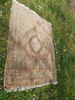 Kézi csomózású, selymes hatású Perzsa szőnyeg.