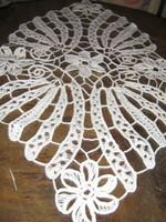 Csodálatos fehér varrt csipke terítő