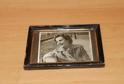 Régi üvegezett fa képkeret  női fotóval 17*25 cm (n)