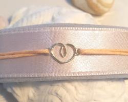Arany egyedi szívbetétes karlánc,  állitható méretű pamutszálra fűzve.Praktikus kényelmes  viselet.