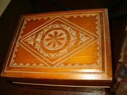 Kis fa doboz művészi kidolgozású fa faragás  sumer ősmagyar 8 águ kereszt motivummal