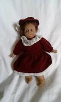 E. 109. Nagyon édes textil testű csinos porcelán baba  26 x 20 cm gyűjtőknek