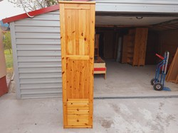 Eladó egy  akasztós és fiokos  fenyő szekrény Bútor SZÉP  állapotú,  polcos és fiokos