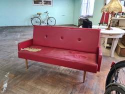 Retro piros kanapé, sérült