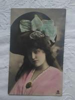 Antik, kézzel színezett, fotólap/képeslap hölgy kalapban, masni, rózsaszín-türkiz alapszínek 1907