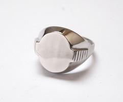 Mutatós férfi ezüst pecsétgyűrű.