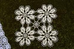 Horgolt csipke terítő kézimunka lakástextil dekoráció kis méretű terítő asztal közép 34 x 31 cm