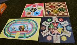 Retró játék társasjáték kétoldalas lapok fa bábúk dobókocka figurák lóverseny sakk ki nevet a végén