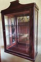 Vitrines fali szekrény, üveg polcokkal, tükör hátlap betéttel,