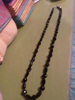 62 cm-es , fekete fazettált üveg , vagy ónix gyöngyökből álló , retro nyaklánc .
