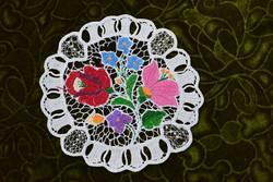 Hímzett riselt kalocsai mintás dísz terítő , asztalközép lakástextil dekoráció 18,5 x 18 cm SÉRÜLT !