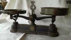 Kétkaros antik konyhai mérleg, réz serpenyőkkel