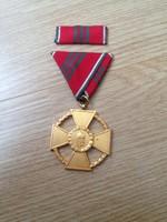 Köztársasági Érdemrend Arany Érdemkereszt szalagsávval, katonai tagozat