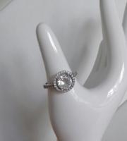 Gyönyörű, köves, ródiumos ezüst gyűrű pici hibával