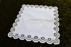 Madeira kézimunka madeirás fehér lyuk hímzés éjjeli szekrény terítő asztal közép 34 x 33,5 cm II/1.