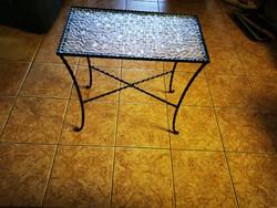 Kovácsoltvas kis asztal üveggel a tetején