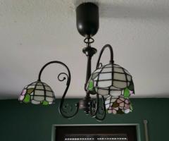 Ritka dizájn, Tiffany csillár 3 búrával, kovácsoltvas lámpatesttel kisebb nappaliba/ hálóba