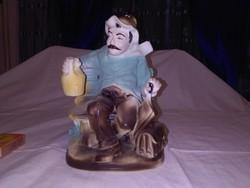 Padon ülő, borozgató férfi figura, nipp, szobor - biszkvit porcelán