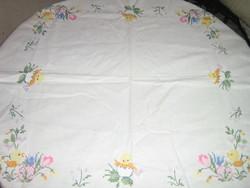 Csodaszép kézzel hímzett keresztszemes virágos csibés fehér terítő