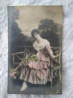 Antik kézzel színezett romantikus fotólap/képeslap hölgy rózsaszín ruhában