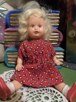 13 cm-es , pislogószemű , retró , műanyag baba eredeti ruhájában , jó állapotban .
