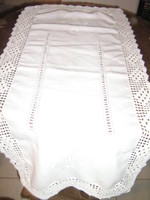 Csodaszép azsúros hímzett horgolt csipkés szélű fehér terítő futó