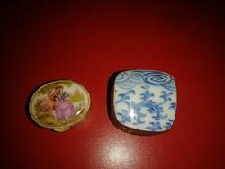 Két darab porcelán fedeles fém ékszertartó dobozka.