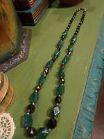 58 cm-es , méregzöld , jade hatású és fazettált , bronzosan lüszteres üveggyöngyökből álló nyaklánc