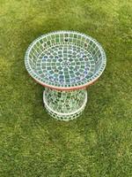 Zöld színvilágú kétrészes kerti madáritató üvegmozaik egyedi tervezés