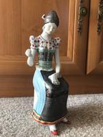 Hollóházi porcelán himző nő