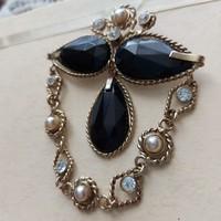 Achát köves, aranyozott bross, kitűző kristályokkal és tenyésztett gyöngyökkel,  jelzett