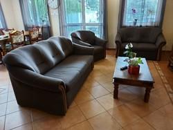 Eladó 3as ágyazható üllő garnitúra. Bútor jó állapotú, sehol nem szakadt . 3as kanapé  Külső méretei