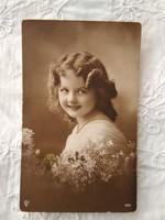Antik szépia fotólap/képeslap kislány virágokkal 1914