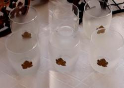 Fémdíszítéses boros poharak, tartóval