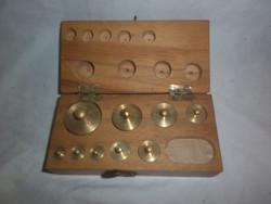 Antik réz mérleg súlykészlet dobozában 1-10g közötti súlyokkal