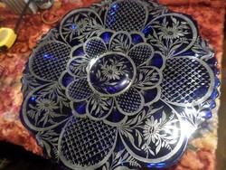 37 cm-es , nagyméretű , királykék üvegtál patinás ezüst mintával . Sérülésmentes állapotban van .