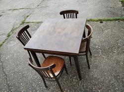 Kihúzható fa étkezőasztal 4 székkel.Ebédlő szett.