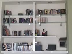 Fehér polcrendszer CD lemezekkel együtt