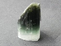 Természetes, színátmenetes zöld turmalin ásvány. 2,8 gramm Gyűjteménybe vagy ékszeralapanyaknak.