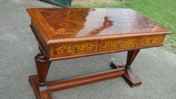 Háromfiókos bieder íróasztal.