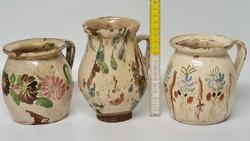Törtfehér mázas népi kerámia virágos hasas bögre 2 db, ...fröcskölt aludttejes köcsög 1 db (1737)