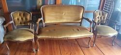 Neobarokk stílusban készült szalongarnitúra, / kanapé, 2 db fotel /, faragott díszítéssel,kárpit új