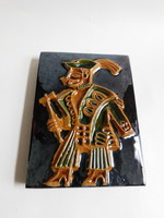 Iparművész kerámia falidísz - népviseletes férfi fokossal